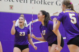 The women's volleyball team begins conference play Tuesday, Sept. 17. Photo by Anissa Gardizy / Beacon Staff