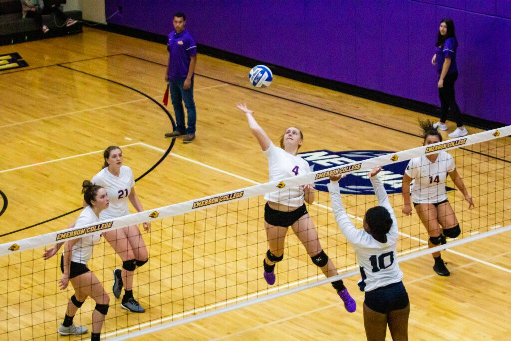 The women's volleyball team won its 14th game of the season with the victory over Simmons College. Carol Rangel / Beacon Staff