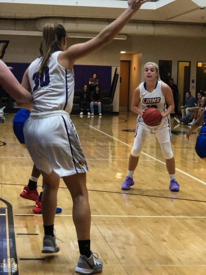 Historic defensive effort extends women's basketball win streak