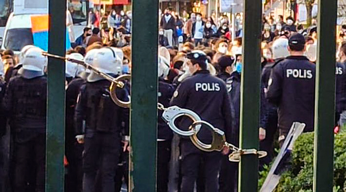Police+restrict+the+south+campus+gate+at+Bo%C4%9Fazi%C3%A7i+University+in+Turkey.